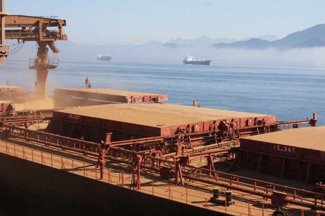 Navio carregando soja em Paranaguá