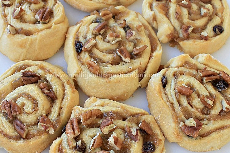 Crescent Apple Cinnamon Rolls. Tricks with crescent rolls. Crescent roll dessert with only 7 ingredients. Brunch idea. Easy homemade dessert you can make today.