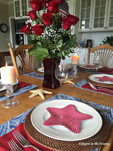 Patriotic Setting. 10 Patriotic Table Decor Ideas. Patriotic Tablescape Ideas. How to set a Red, White and Blue Table. July 4th Tablescape Ideas. 4th of July Tablescape Ideas. #Patriotictable #redwhiteandbledecor #patrioticdecor