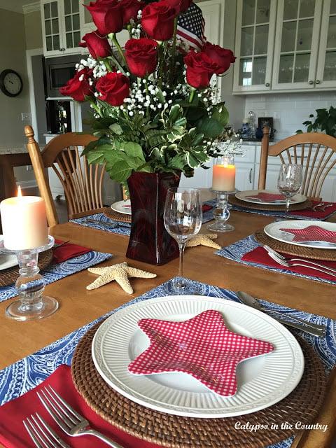 Patriotic Setting. 10 Patriotic Table Decor Ideas. Patriotic Tablescape Ideas. How to set a Red, White and Blue Table. July 4th Tablescape Ideas. 4th of July Tablescape Ideas. #Patriotictable #redwhiteandbledecor #patrioticdecor