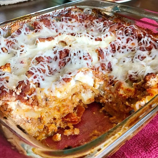 Easy Classic Lasagna recipe. Lasagna is a favorite comfort food without a ton of ingredients. It's a one dish dinner casserole type weeknight meal. #lasagna #onedishdinner #recipe #italiansupper #weeknightdinner