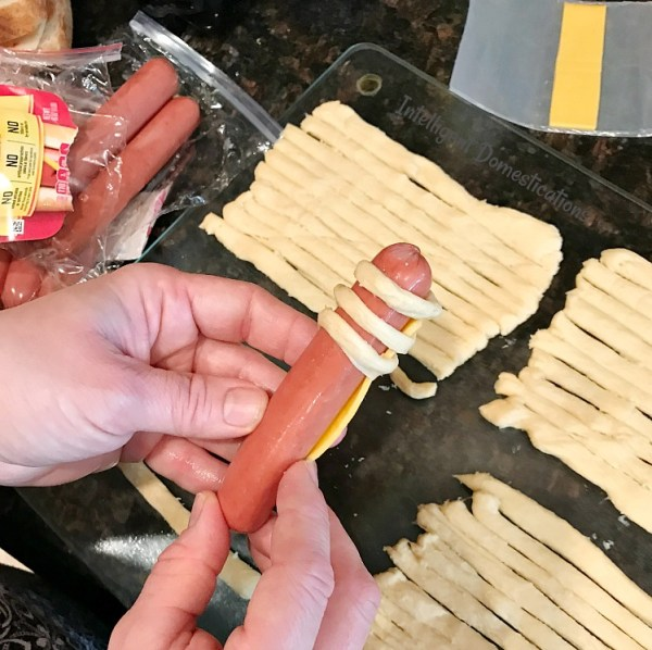 How to make Mummy Dogs for your Halloween party. Mummy dogs. Halloween party food.