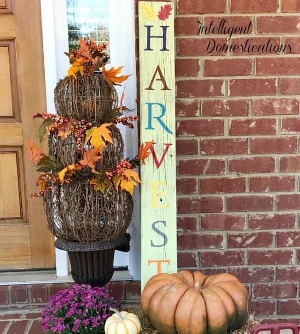 DIY HARVEST porch sign using reclaimed wood. How to make a HARVEST porch sign. Fall porch decor vignette. Fall porch decor ideas.Pro