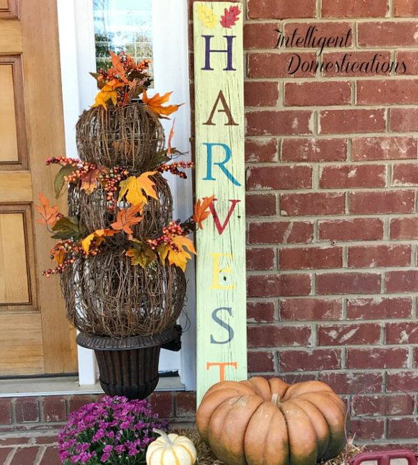 DIY HARVEST porch sign using reclaimed wood. How to make a HARVEST porch sign. Fall porch decor vignette. Fall porch decor ideas.Pro
