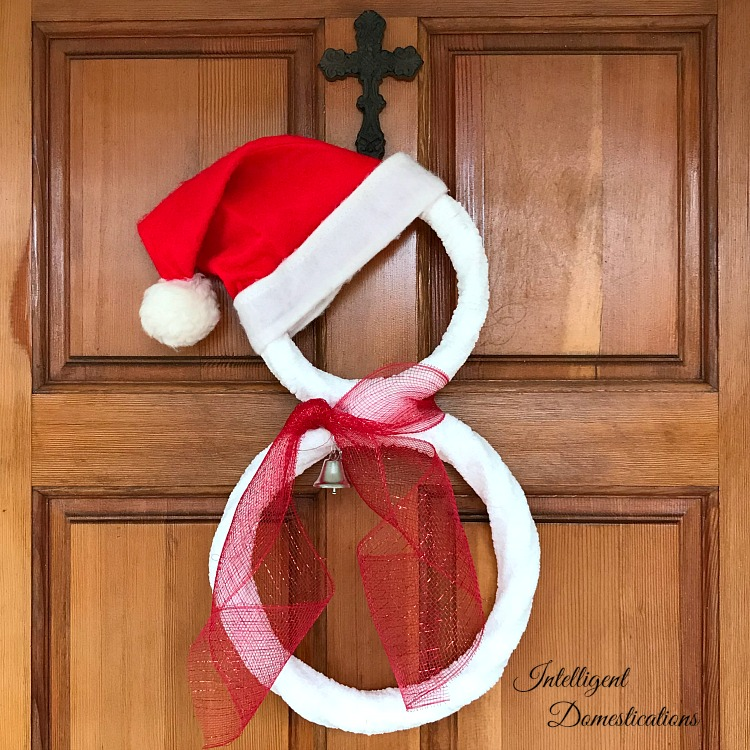 DIY Santa Hat Snowman Wreath. Super easy DIY Snowman Wreath project for the holidays.