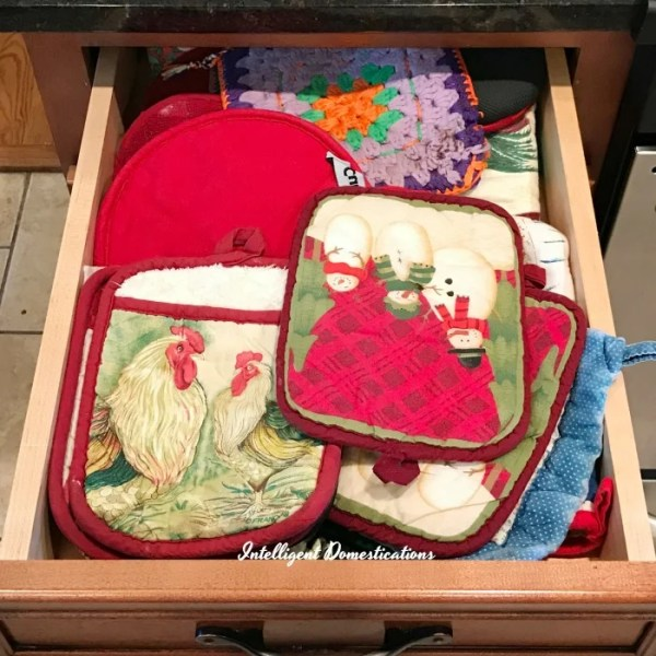How to create a well organized junk drawer for free. How I used boxes to create an organized drawer. Potholder drawer. #drawerorganization