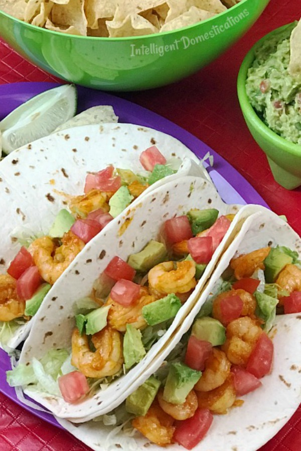 Easy Shrimp Tacos Recipe. How to make Shrimp Tacos. Mexican weeknight dinner idea. What to serve for Taco Tuesday. Fiesta recipe. Cinco de mayo food. #fiesta #cincodemayo #tacotuesday