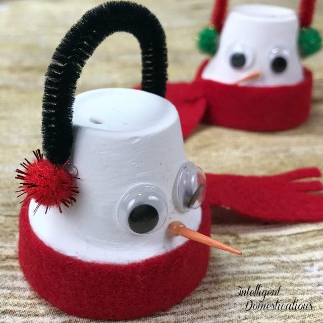 Quick and Easy Kids Christmas Craft. Mini Terracotta Pot Snowman Ornaments. Another fun felt craft for making Christmas ornaments. #DIYChristmas #KidsChristmasCraft