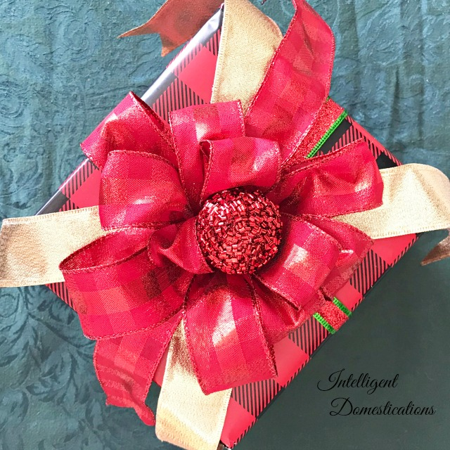 How to wrap a pretty present. Use these tips to make your gifts look really pretty for the recipient. #prettypresents