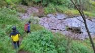 Melintasi sungai mati yang sesekali berisikan tampungan air hujan