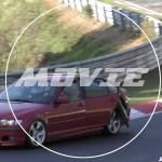 ニュル走行中、突然BMW M3の後部ドアが開き内装が外れる。そのまま走行を続ける動画