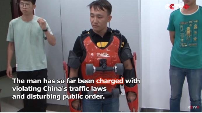 超高性能!ジェッキー・チェンが映画で着用したローラースーツを自作し高速道路や市街地を走った男が逮捕