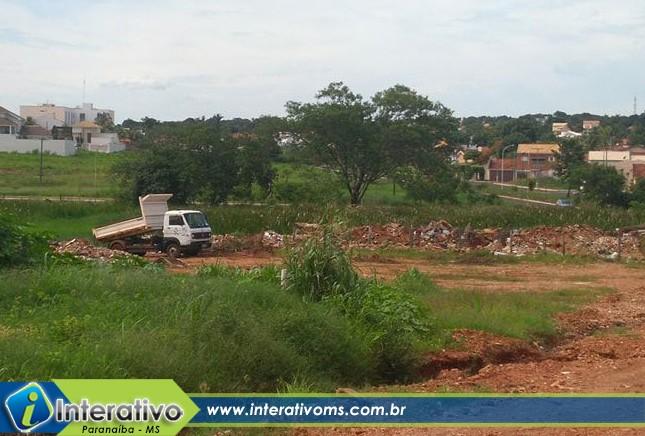 Morador denuncia caminhão de concessionária pública descarregando material em terreno baldio em Paranaíba