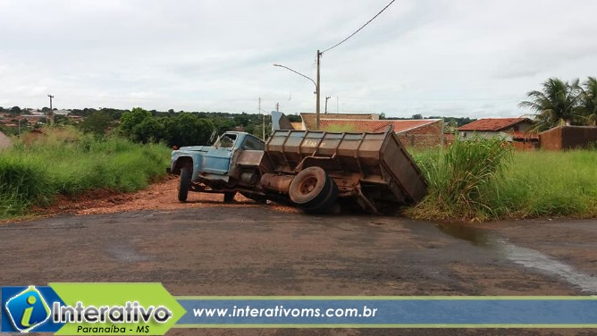 Cratera engole parte de caminhão em Paranaíba