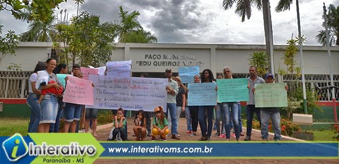 Pais realizam protesto por transporte escolar rural em Paranaíba
