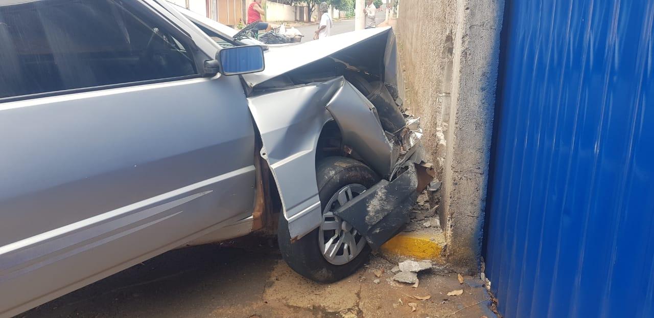 Motorista embriagado bate em muro em Paranaíba