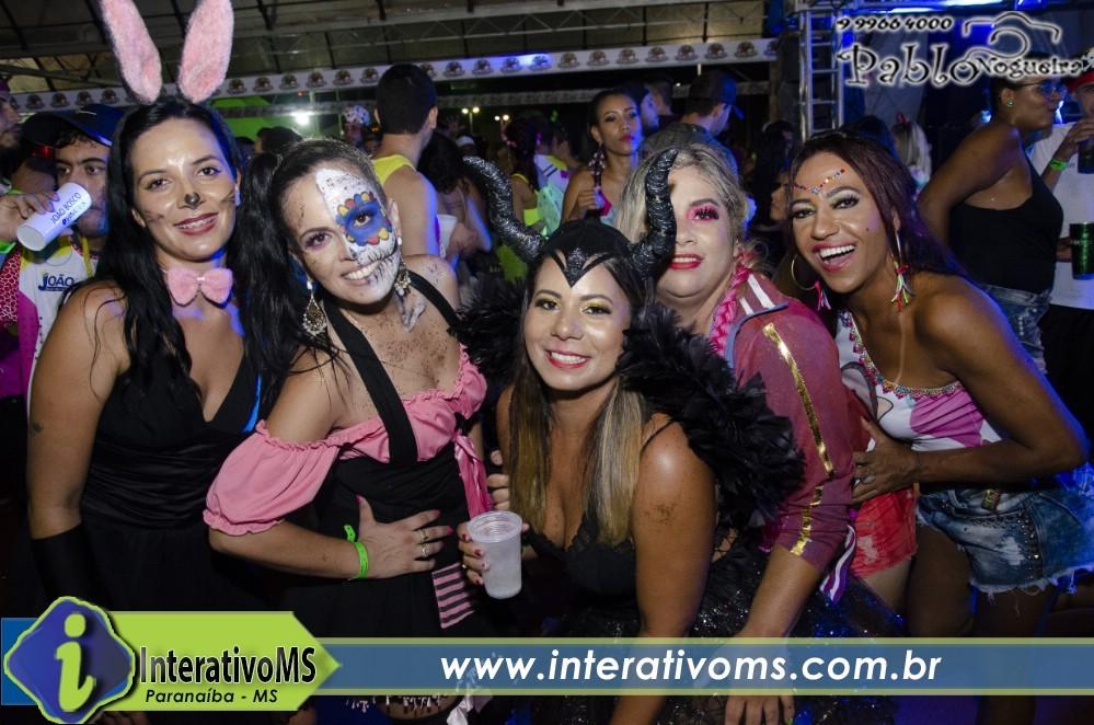 Festa à fantasia no bloco Tequiloucos