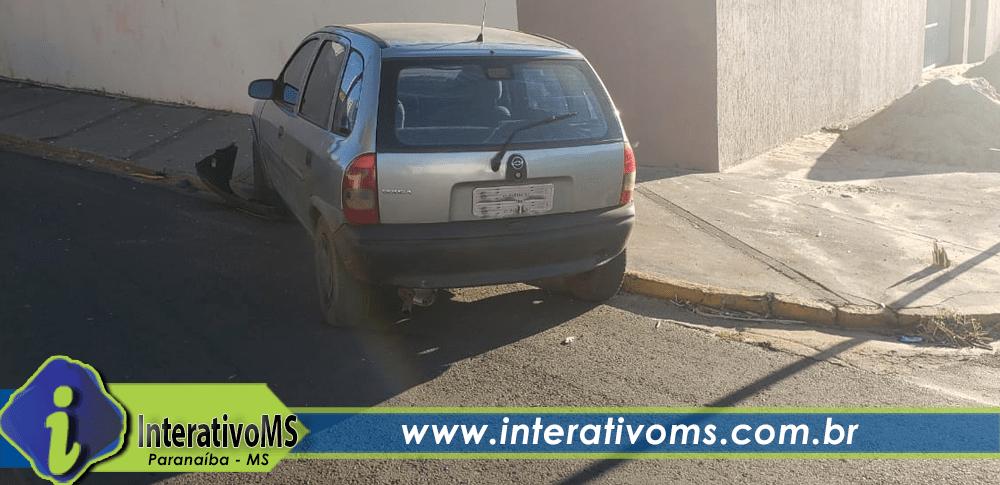 Motorista perde controle de carro e bate em muro em Paranaíba