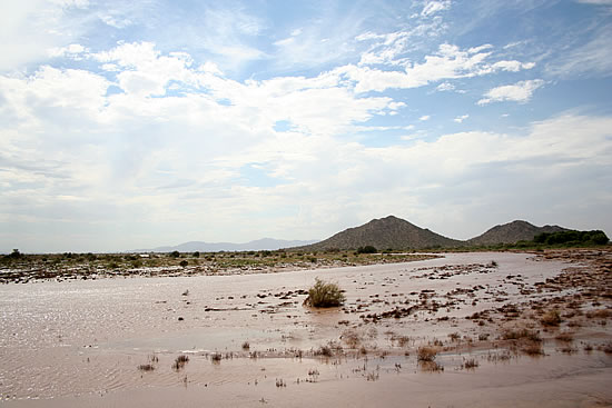 2006 Flood Waters on Gila River facing West to Gila Buttes off of State Road 587 . Photo: Gilanet.net