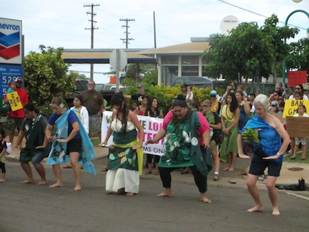 Women lead the anti-GMO protest on Molokai in a traditional Hawaiian chant. (WNV/Imani Altemus-Williams)