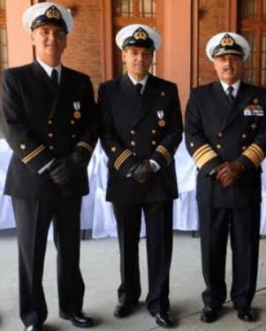 Vicealmirante Enrique Larrañaga Martin, y tenientes RNY Nicolás Ibáñez y Claudio Melandri, noviembre de 2012. (Fuente: Armada).