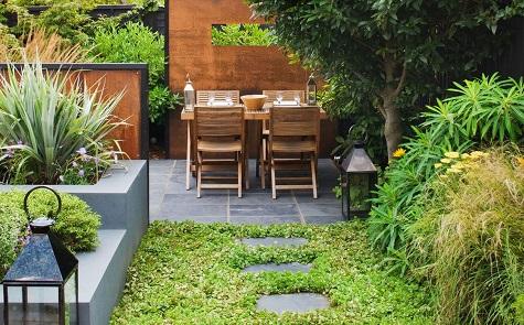 8 tips om een kleine tuin groter te laten lijken for Kleine stadstuin ideeen