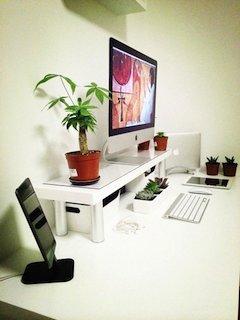 Macがあるおしゃれな机の周り画像12