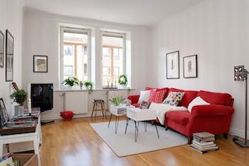 ホワイトインテリアと赤のさし色が入った部屋