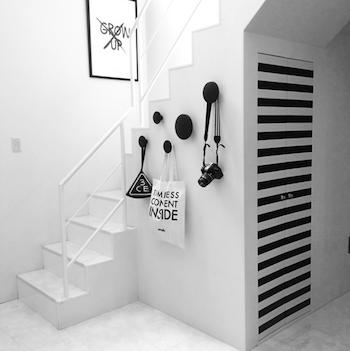 モノトーンで統一されたスタイリッシュな階段のインテリア実例