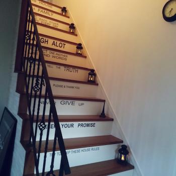 LEDキャンドルのランタンがおしゃれな階段のインテリア実例