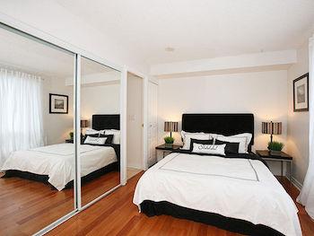 ミラー効果で広くみえるおしゃれな寝室のインテリアのコーディネート