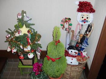 傘立てもクリスマスの飾り付けで可愛くした画像