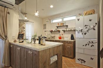 おしゃれな木目調のカフェ風キッチンの画像