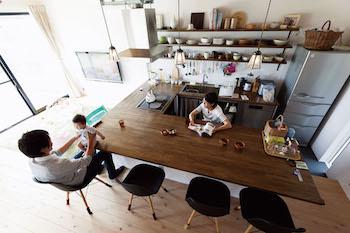 コの字型オープンキッチンが素敵なカフェ風のリビングレイアウト画像