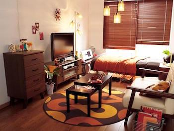 大きなテレビをゆったりと配置した一人暮らしの部屋のテレビ周りの画像