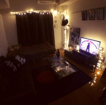 おしゃれなスノーボールのイルミネーションライトを使ったインテリアの部屋の実例1