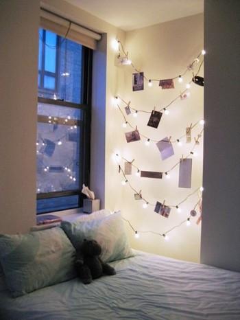 イルミネーションライトで写真をおしゃれにディスプレイしたインテリアの部屋の実例