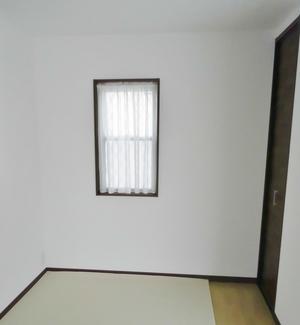 小窓にカフェカーテン (宇治市)