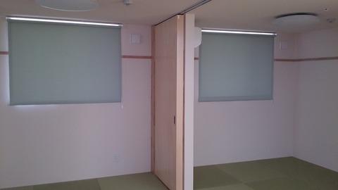 遮光のロールスクリーンと普通のロールスクリーン