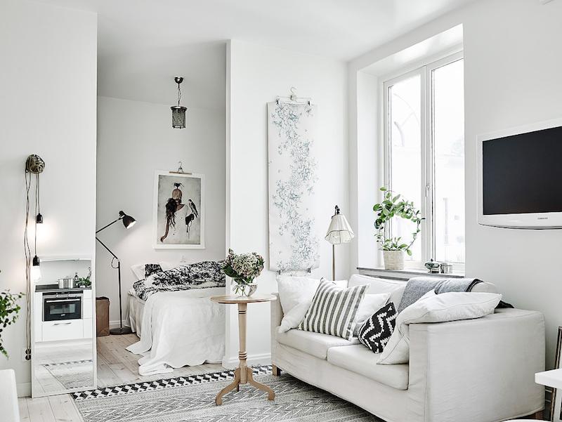Dominasi warna putih menjadikan ruangan terasa lebih luas.