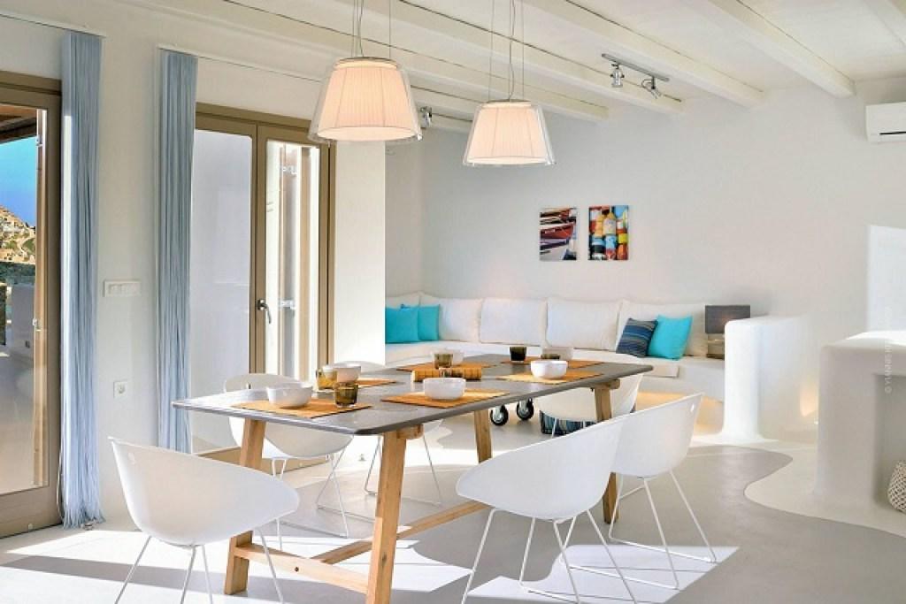 ruang makan dengan gaya interior mediterania modern
