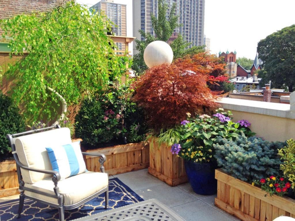 Desain balkon dengan tanaman; planter box