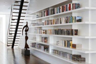 desain rak buku keren dan fungsional menyatu dengan dinding