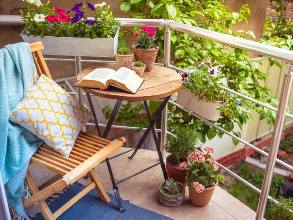 balkon rumah dengan tanaman