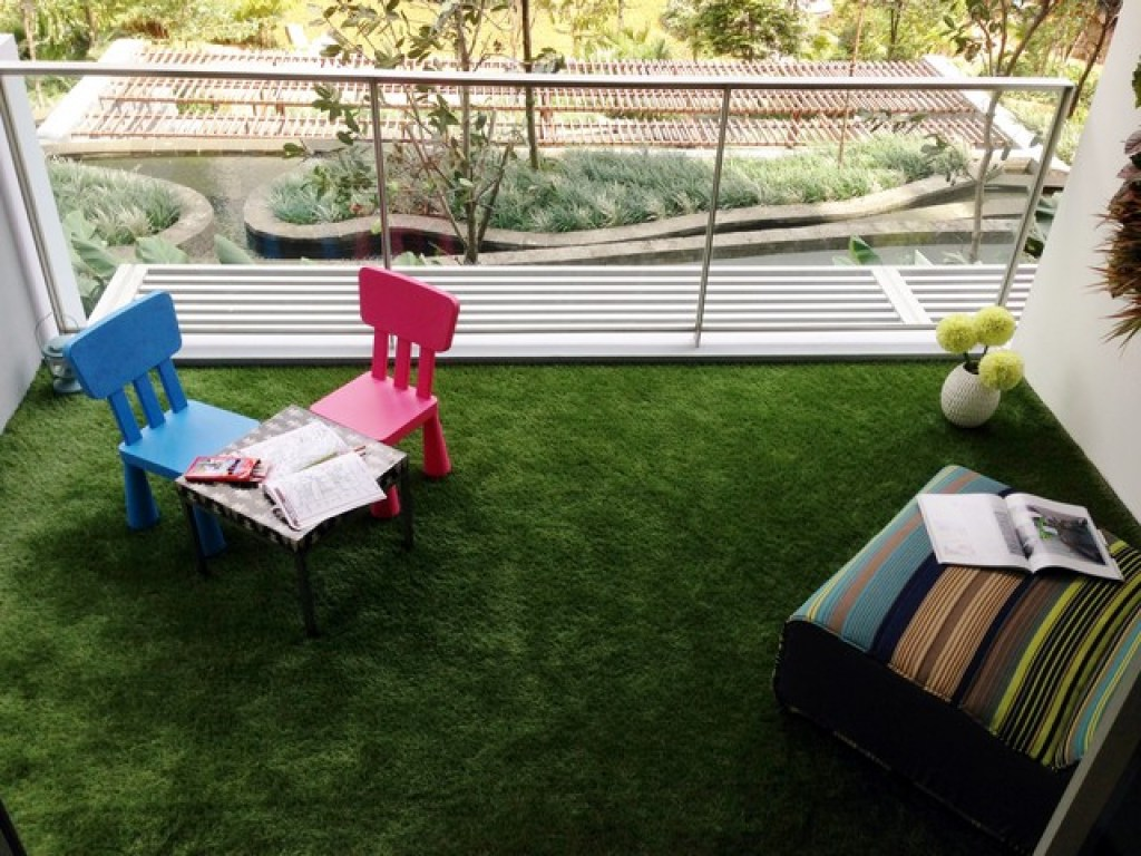 balkon minimalis dengan rumput sintetis