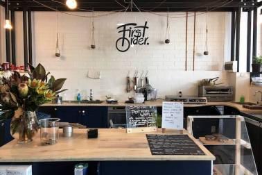 Desain cafe gaya industrial