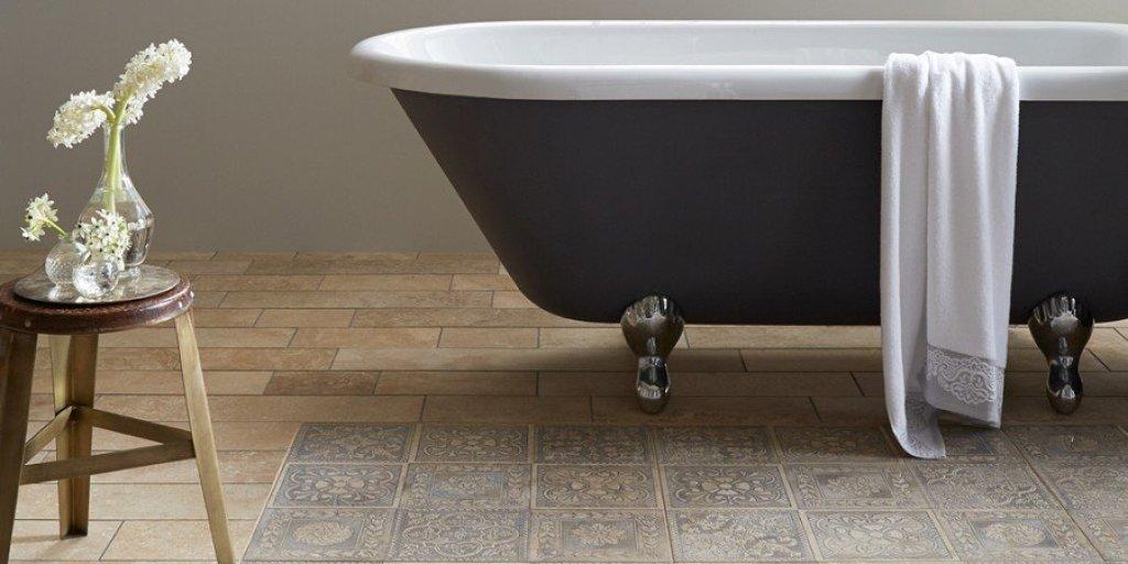 interior kamar mandi dengan keramik lantai motif caspari