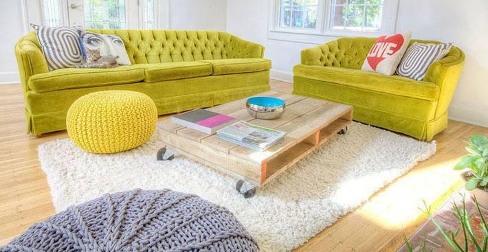 ярко-зеленые диваны в дизайне гостиной комнаты