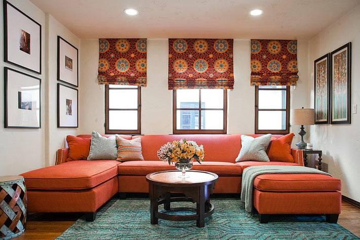 большой красный диван в интерьере гостиной фото