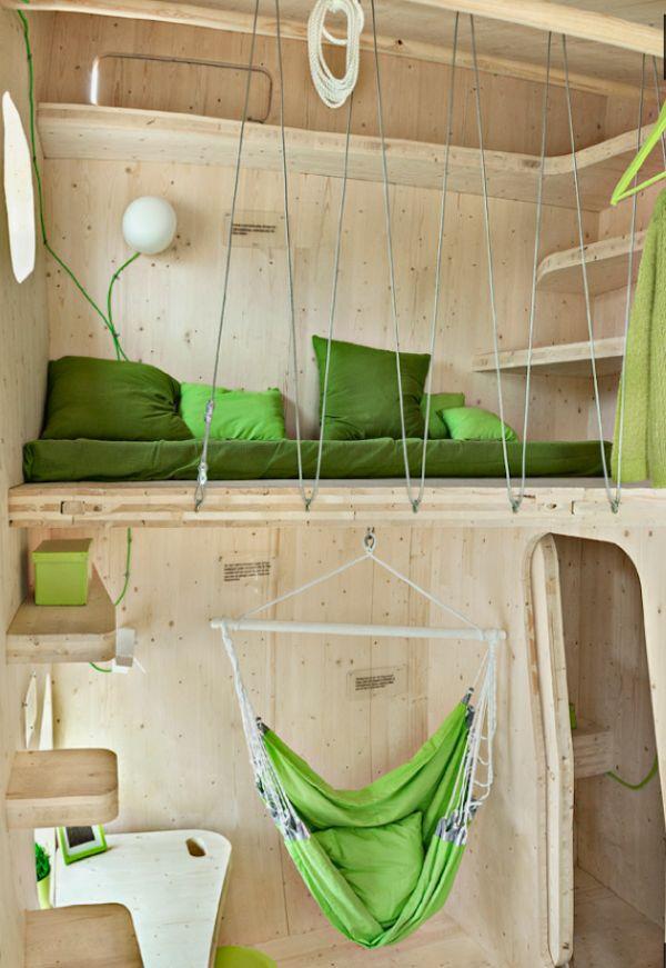 Miegamoji vieta mažame mediniame name
